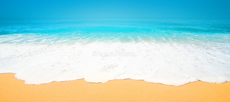 Härlig tropisk strand med den mjuka vågen av det blåa havet, sand och royaltyfri bild