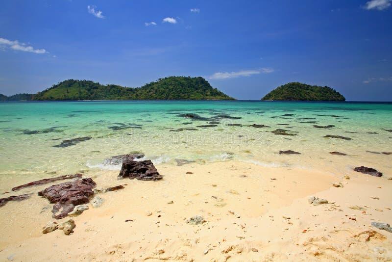 Härlig tropisk strand med korallreven mot blåttskyen royaltyfria foton