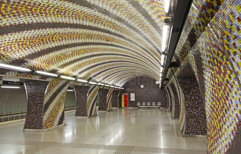 Härlig tunnelbanastation med mosaikmodellen på väggarna i Budapest arkivbilder