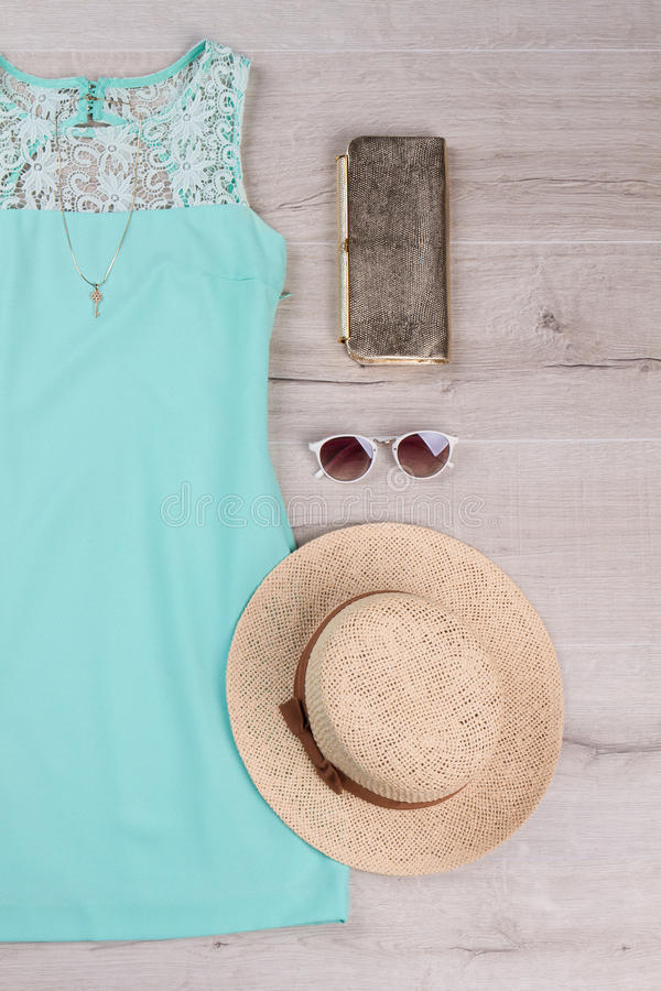 Härlig turkosklänning med sommartillbehör royaltyfri bild
