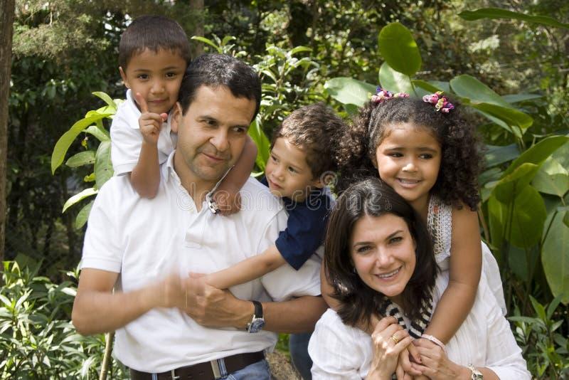 härlig tyckande om familj tillsammans arkivbilder