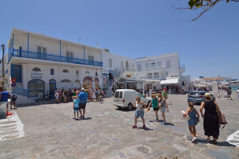 Härlig typisk vit- och blåttfyrkant med restauranger i den Chora ön av Mikonos Arte History Architecture arkivfoton