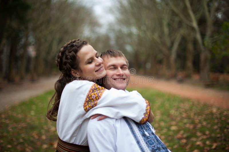 Härlig ukrainsk brud och brudgum i infött broderidräktH royaltyfri bild