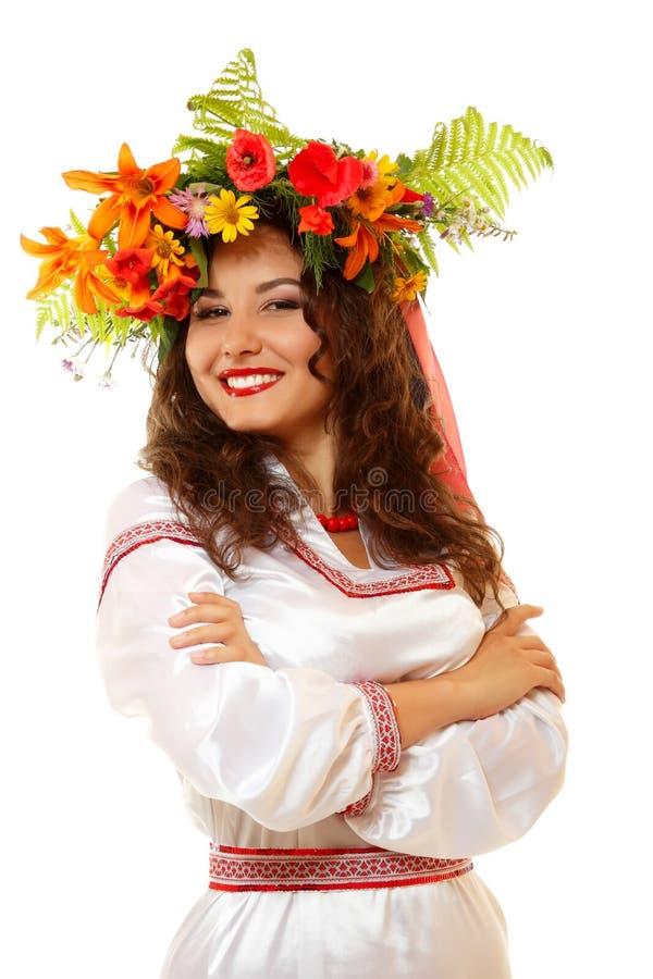 Härlig ukrainsk ung kvinna i girlanden och den infödda dräkten da royaltyfri bild