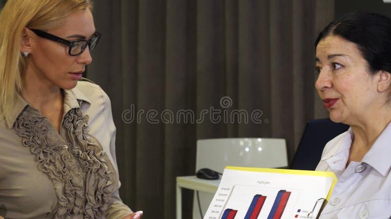 Härlig ung affärskvinna som har ett möte med hennes kollegor arkivfoto