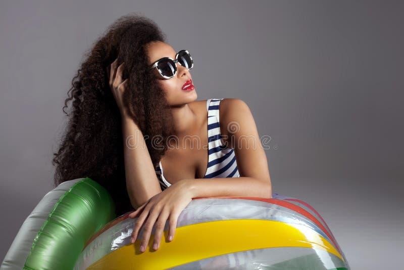 Härlig ung afrikansk amerikankvinna med långt sunt hår arkivfoton