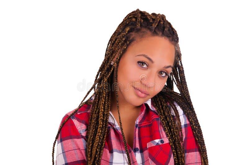 Härlig ung afrikansk amerikankvinna med långt svart hår royaltyfri fotografi