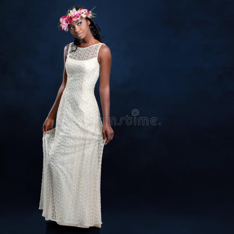 Härlig ung afrikansk brud i den vita bröllopsklänningen royaltyfria bilder