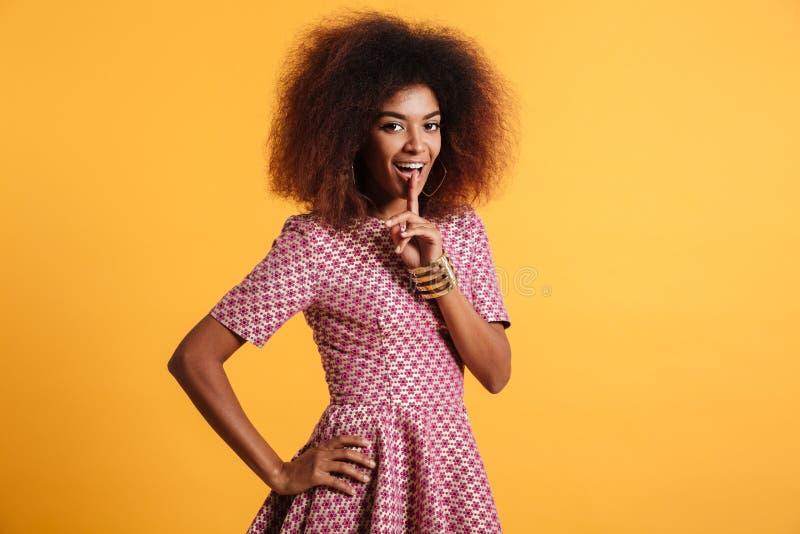 Härlig ung afrikansk kvinna med afro frisyrvisningsilenc royaltyfria foton