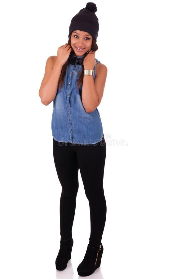 Härlig ung afrikansk kvinna med långt hår på studiobackgroun royaltyfria bilder