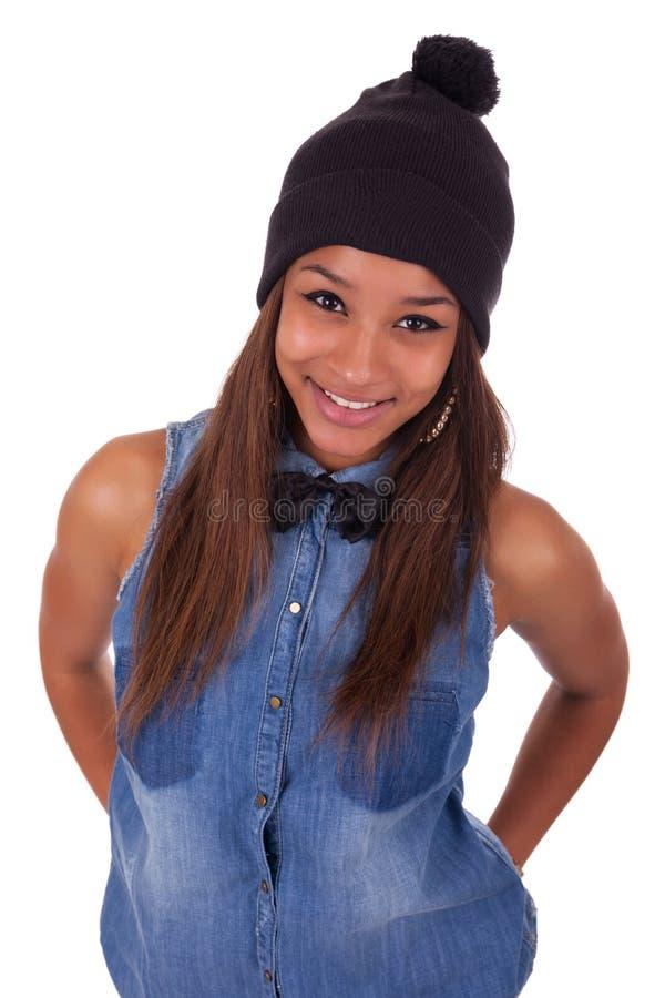 Härlig ung afrikansk kvinna med långt hår på studiobackgroun arkivfoto