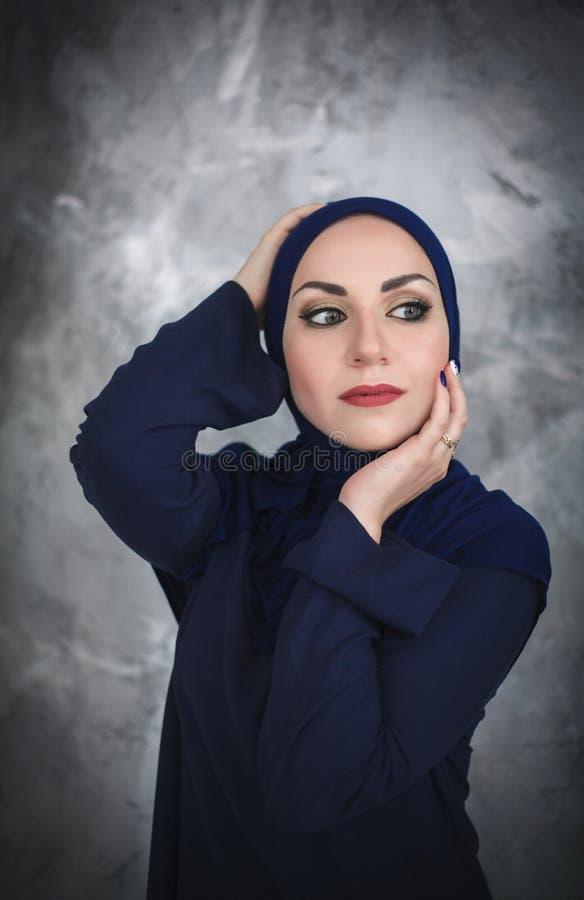 Härlig ung arabisk kvinna i traditionell klänning i studion arkivfoton