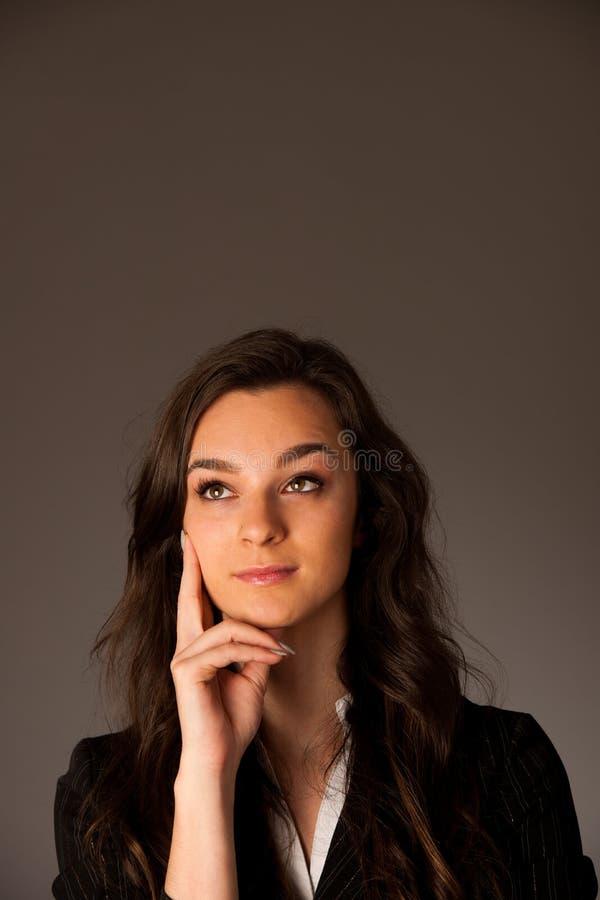Härlig ung asiatisk caucasian affärskvinna som in ser för att haffa royaltyfria bilder