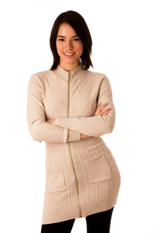 Härlig ung asiatisk caucasian kvinna i tröja- och jeansstudio royaltyfri bild