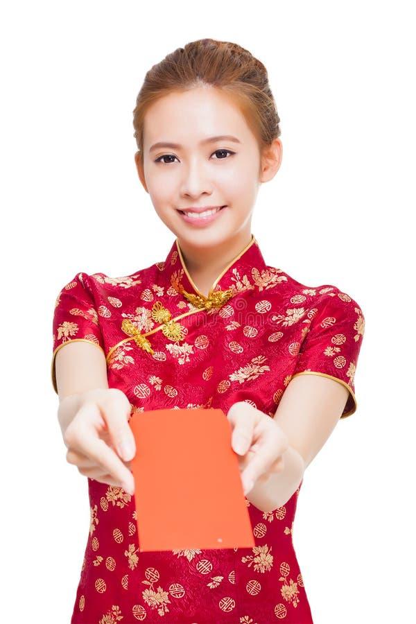 Härlig ung asiatisk kvinna som ger den röda påsen för rich arkivbilder