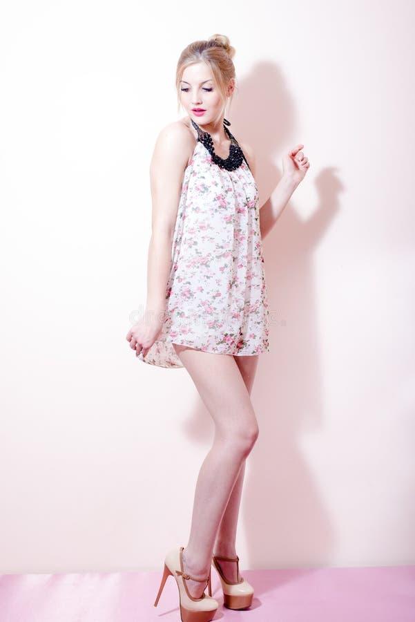 Härlig ung attraktiv blond kvinna för utvikningsbrudflicka i en klänning och skor för höga häl arkivbild