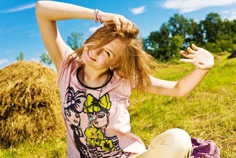 Härlig ung blond flicka arkivfoto