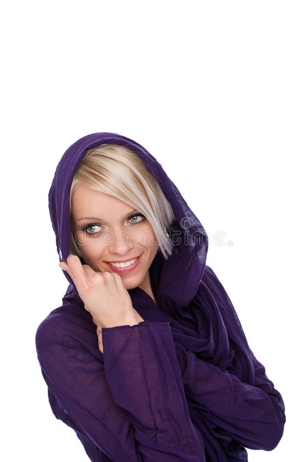 Härlig ung blond flicka i en med huva lilaöverkant arkivfoto