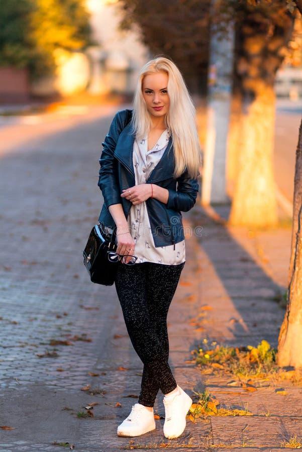 Härlig ung blond flicka med en nätt le framsida och härliga ögon Stående av en kvinna med långt hår och fantastisk blick royaltyfria foton