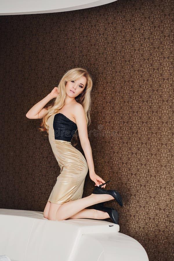 Härlig ung blond kvinna med långt hår i arkivbild