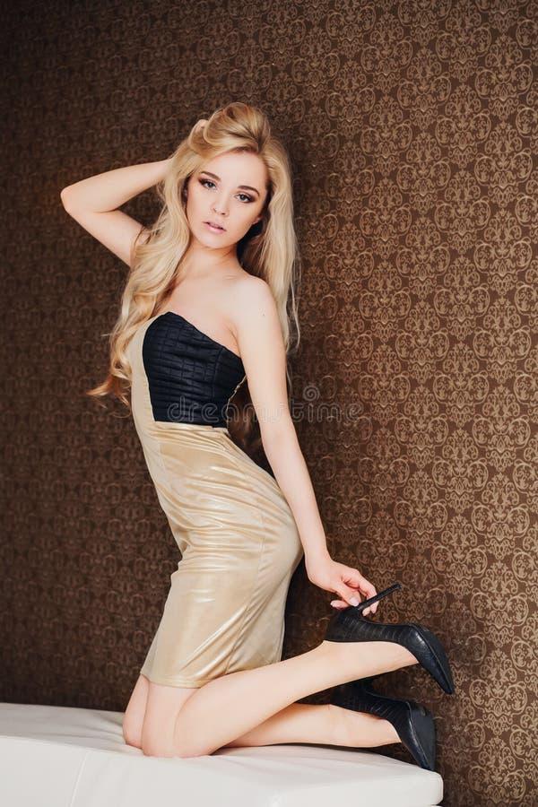 Härlig ung blond kvinna med långt hår i royaltyfri bild