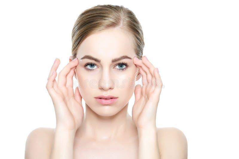 Härlig ung blond kvinna med perfekt hud som trycker på hennes framsida Ansikts- behandling Cosmetology, skönhet och brunnsortbegr royaltyfria foton