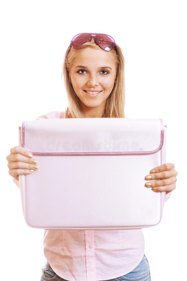 Härlig ung blond kvinna som ler och visar den rosa portföljen royaltyfri fotografi