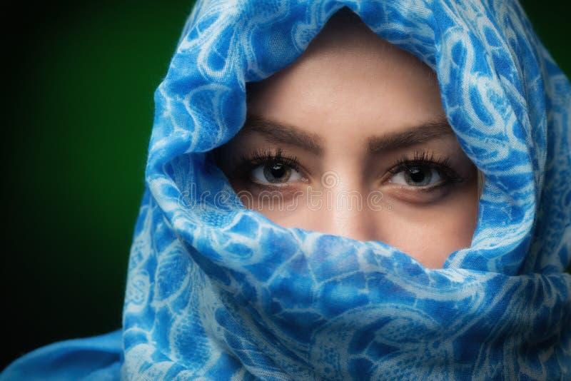 Härlig ung blond kvinnacloseup med halsduken royaltyfria bilder