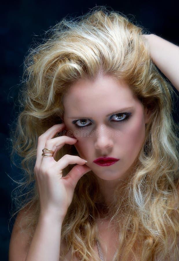 Härlig ung blonekvinnlig royaltyfri foto