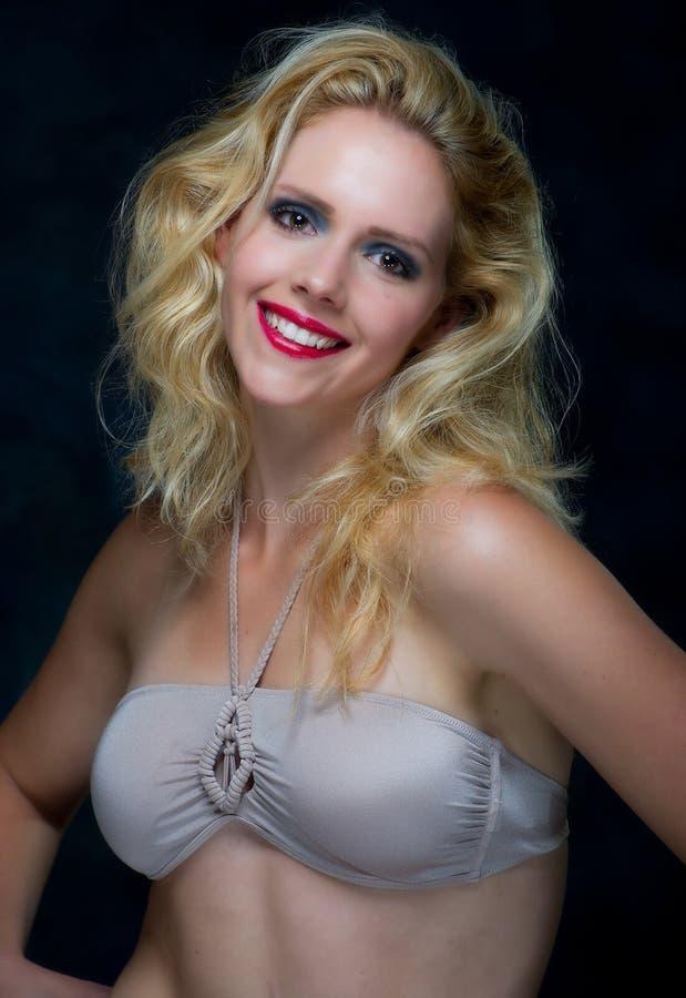 Härlig ung blonekvinnlig arkivfoton