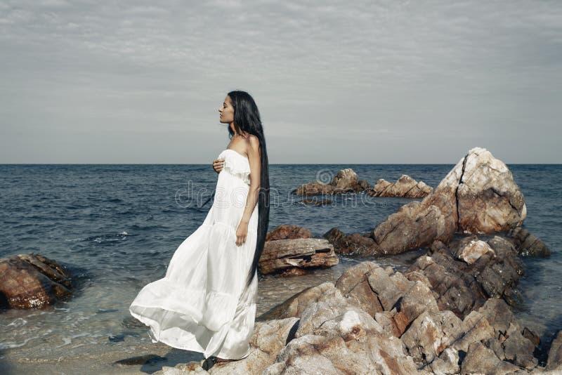 Härlig ung bohostilkvinna i den vita klänningen arkivbilder
