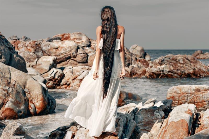 Härlig ung bohostilkvinna i den vita klänningen royaltyfri fotografi