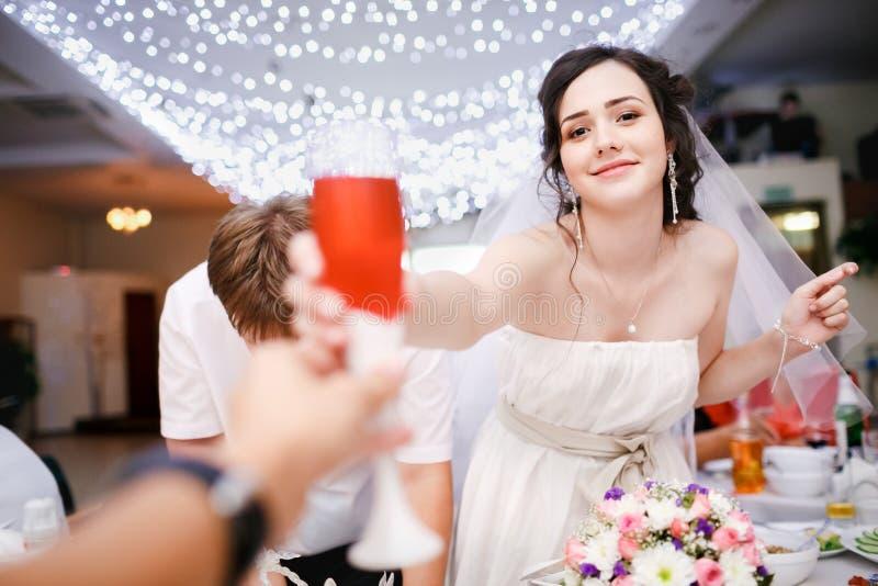 Härlig ung brud i den vita klänningen playfully royaltyfri fotografi