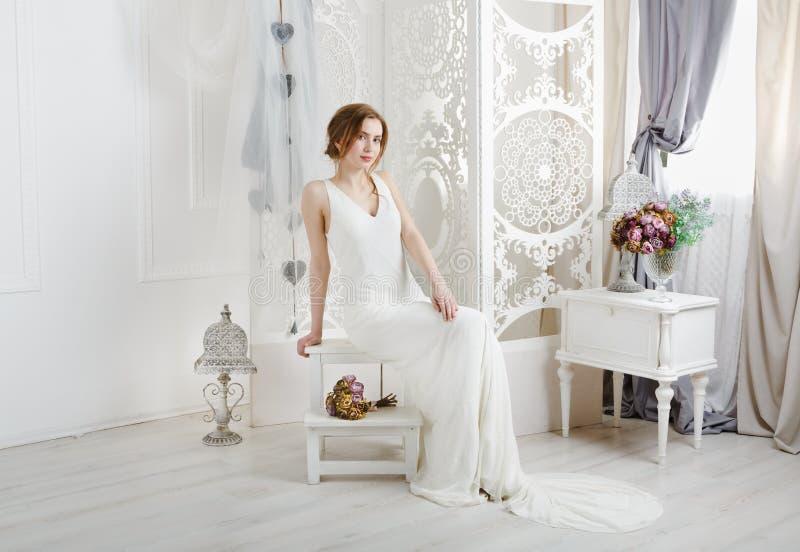 Härlig ung brud i tappningbröllopsklänning royaltyfria foton
