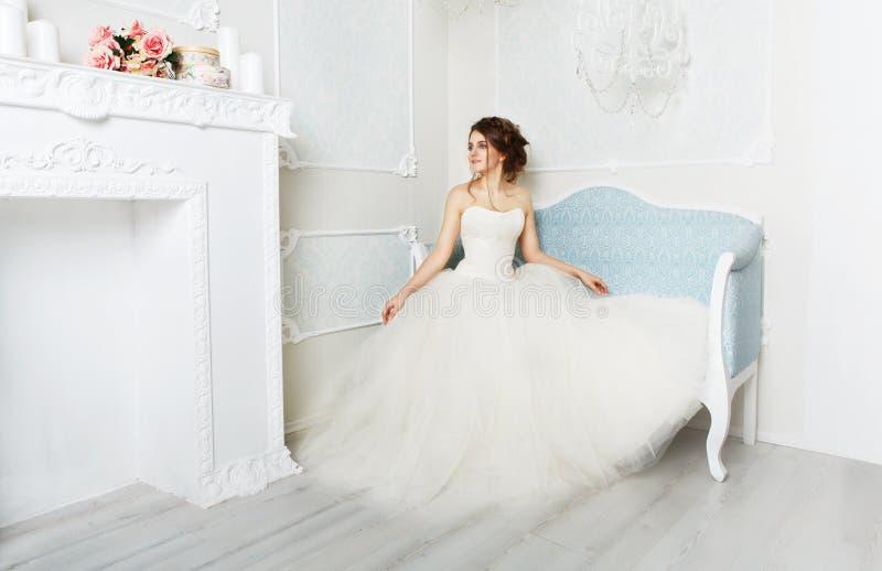 Härlig ung brud i tappningbröllopsklänning royaltyfri bild