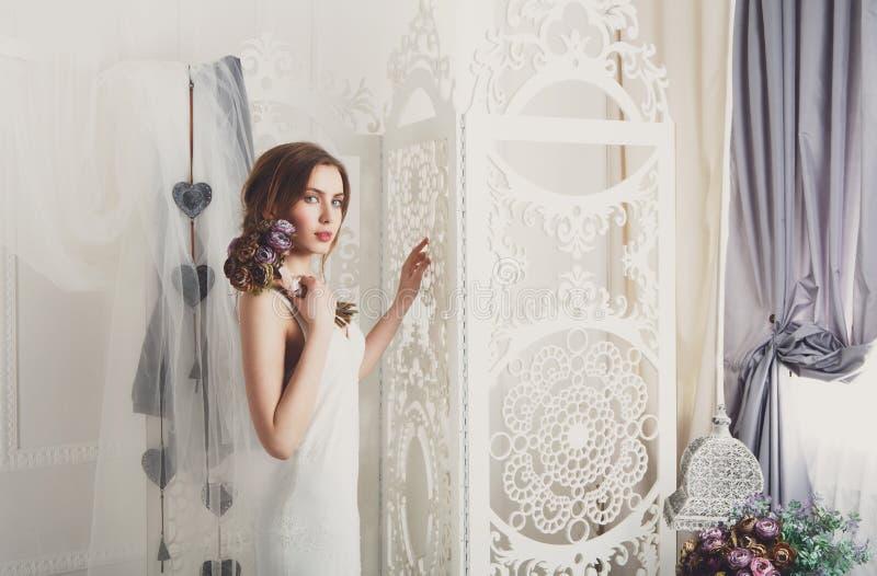 Härlig ung brud i tappningbröllopsklänning arkivfoto