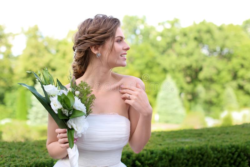 Härlig ung brud med att gifta sig buketten utomhus royaltyfria foton