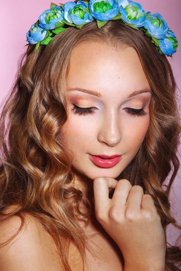 Härlig ung brud med en blom- prydnad i hennes hår härligt vänd henne som mot trycker på kvinnan Näckt smink fotografering för bildbyråer