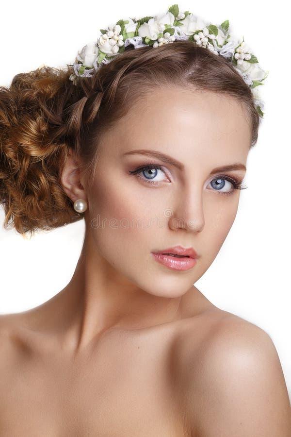 Härlig ung brud med en blom- prydnad i hennes hår härligt vänd henne som mot trycker på kvinnan Ungdom- och hudomsorgbegrepp på v arkivfoto