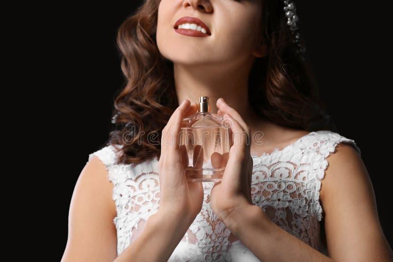 Härlig ung brud med flaskan av doft royaltyfri foto