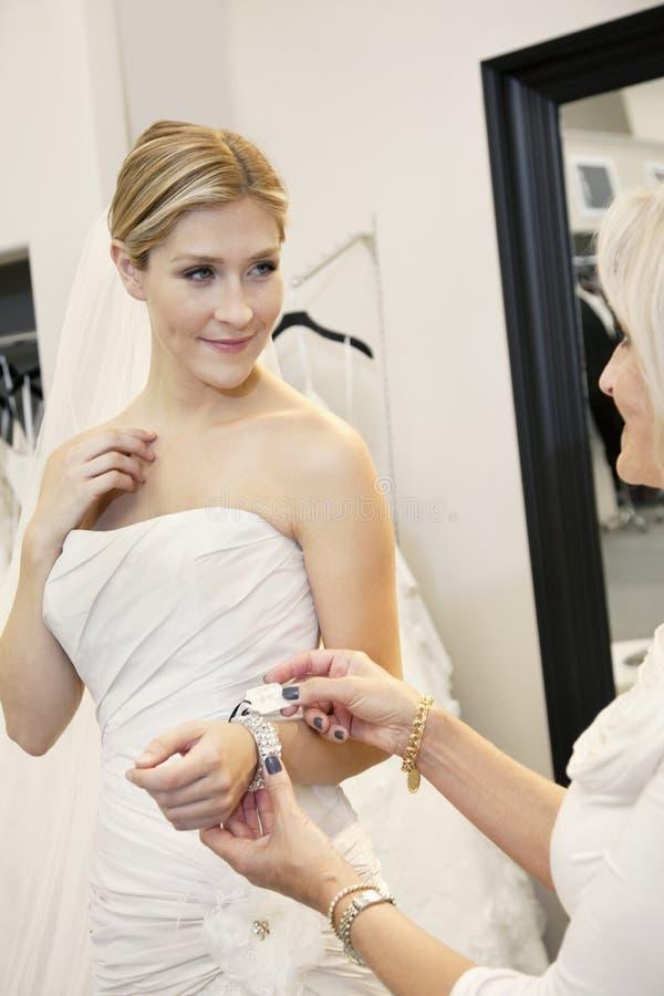 Härlig ung brud med modern som ser prislappen av armbandet i brud- lager arkivfoton
