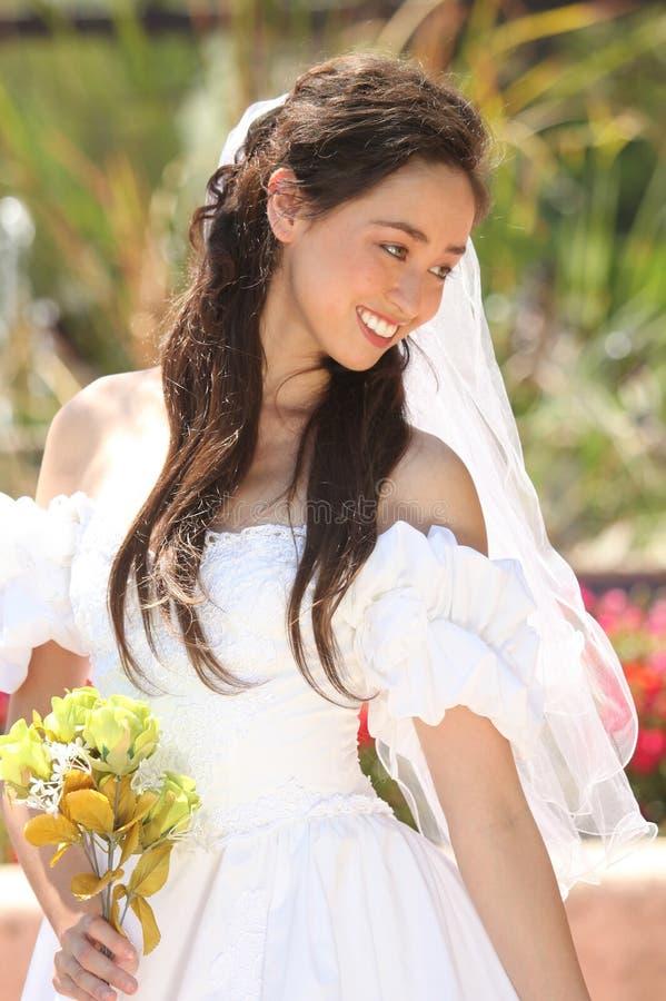 Härlig ung brud på henne bröllopdag royaltyfria foton