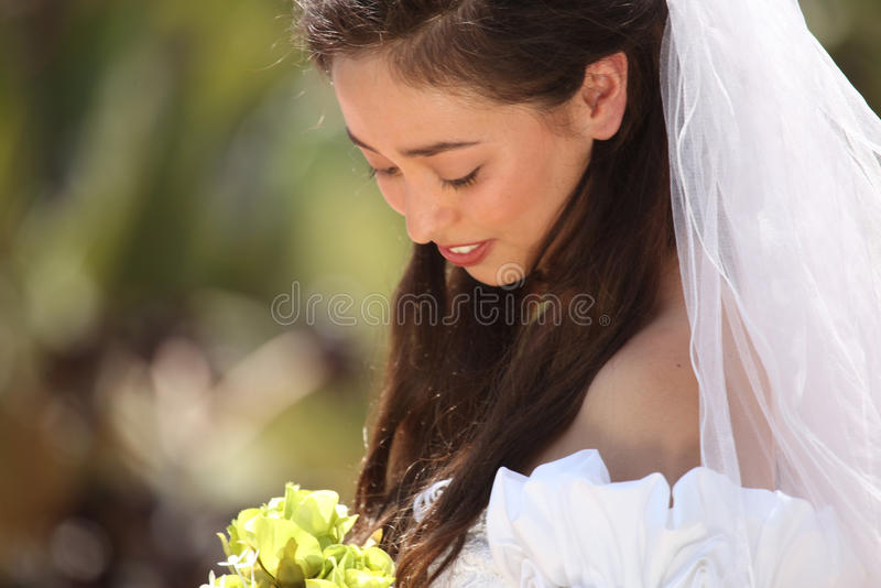 Härlig ung brud på henne bröllopdag arkivfoto