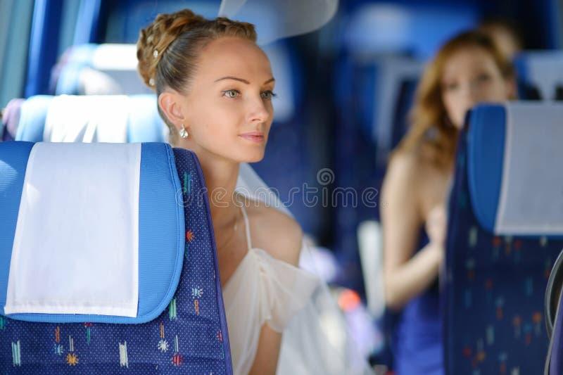 Härlig ung brudstående i en buss royaltyfria bilder
