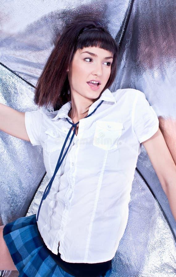 Härlig ung brunett i vitt posera för skjorta arkivbilder