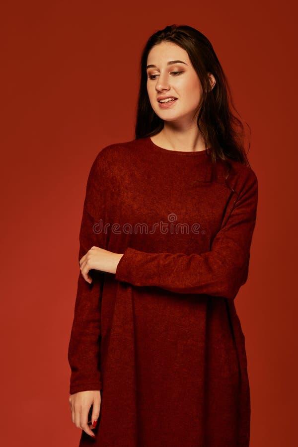 Härlig ung brunettkvinna i den trevliga sommarbohoklänningen som poserar i en studio Foto för modevårsommar arkivfoton