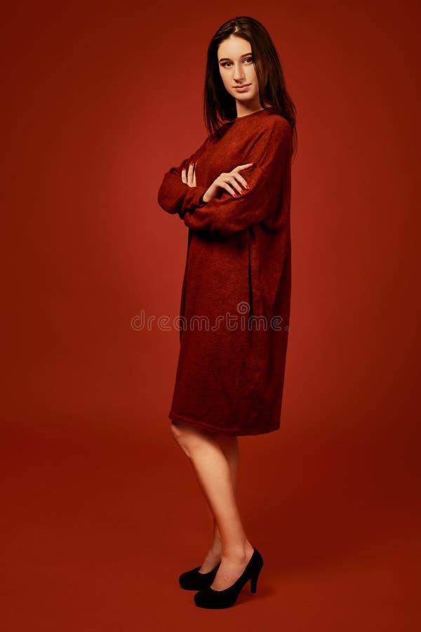 Härlig ung brunettkvinna i den trevliga sommarbohoklänningen som poserar i en studio Foto för modevårsommar royaltyfria bilder
