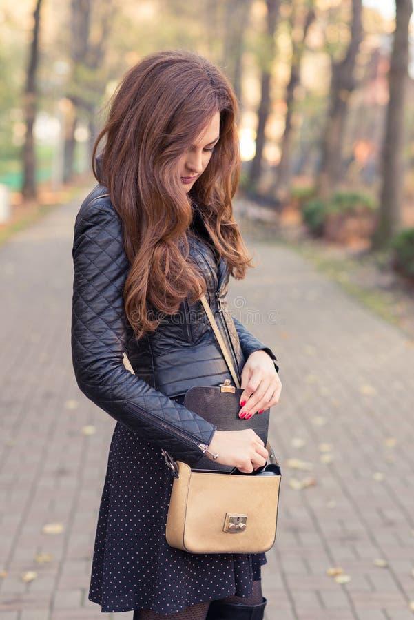 Härlig ung brunettkvinna med långt hår royaltyfri fotografi