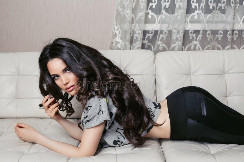 Härlig ung brunettkvinna med långt hår royaltyfria foton