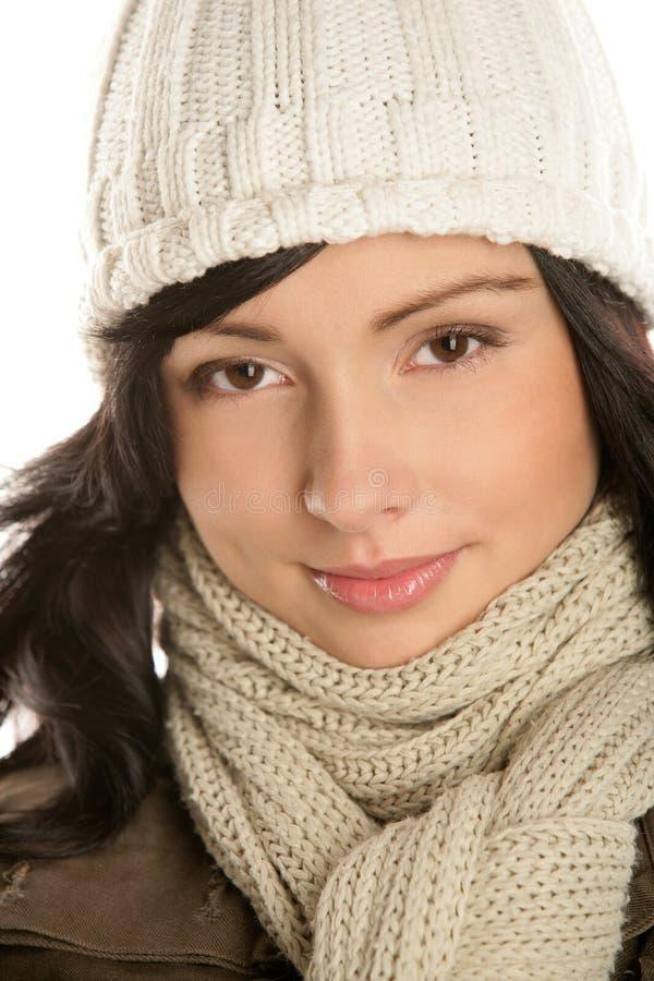 Härlig ung brunettkvinna som bär en vinterdräkt med rät maska arkivfoto
